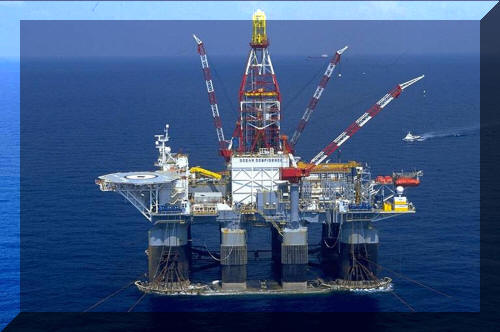 Image: Ultra Deepwater Semi-Submersible:  Moving Onto Location in the Gulf of Mexico